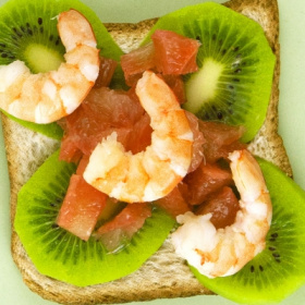 Shrimp, kiwi and pink grapefruit toast