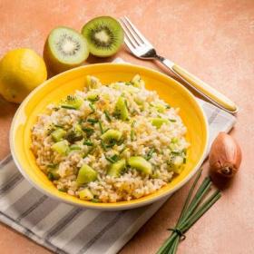 绿色猕猴桃和干白葡萄酒烩米饭