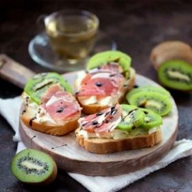 Tostas de kiwi Sweeki y jamòn speck